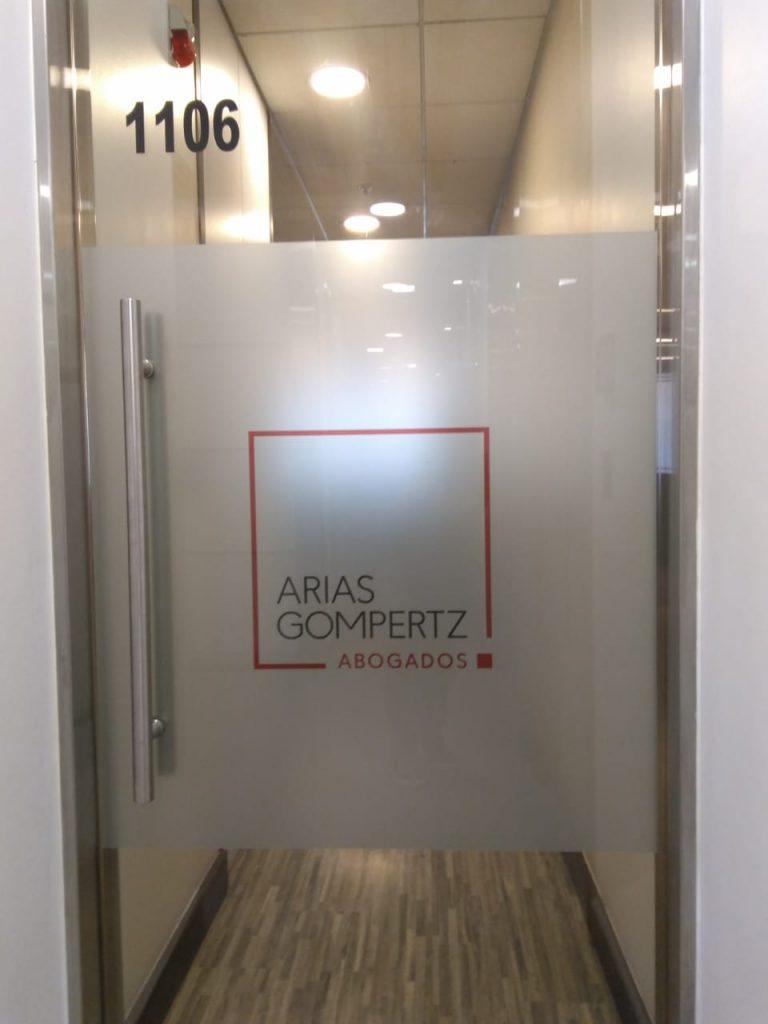 letrero empavonado para puerta de cristal
